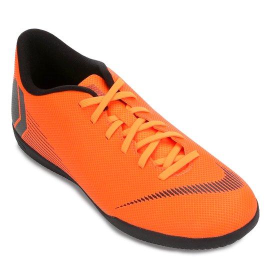 b2116ac37 Chuteira Futsal Nike Mercurial Vapor 12 Club - Laranja e Preto ...
