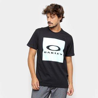 Compre Camisetas da Oakley Preta Com o Simbolo Grande Azul Online ... 26c481efb7b
