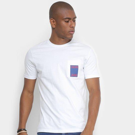 432a1641ab Camiseta Calvin Klein com Bolso Masculina - Branco - Compre Agora ...