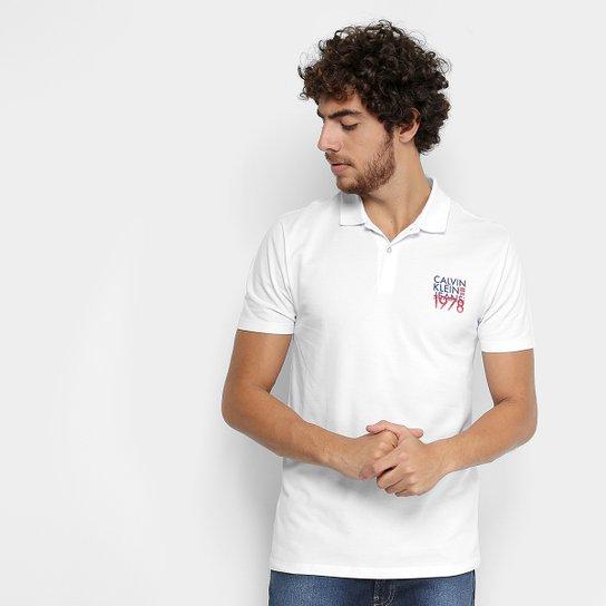 cbb2018da0 Camisa Polo Calvin Klein Piquet Estampada Masculina - Branco ...