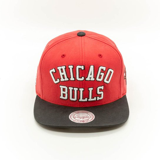 bb442679d75f7 Boné Mitchell   Ness Wordmark NBA Chicago Bulls Aba Reta - Compre ...