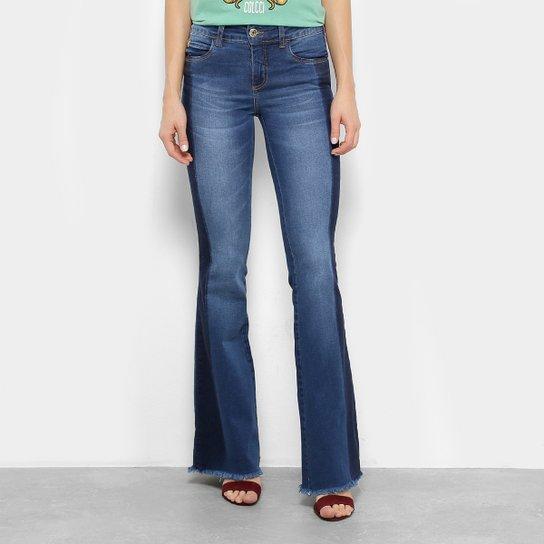 b78a6cdb20 Calça Jeans Flare Colcci Barra Desfiada Bolso Plaquinha Cintura Média  Feminina - Azul