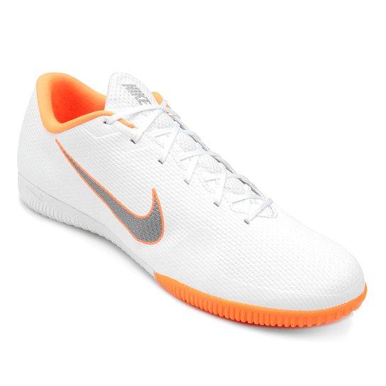 e5ea6a4140 Chuteira Futsal Nike Mercurial Vapor 12 Academy - Branco e Cinza ...