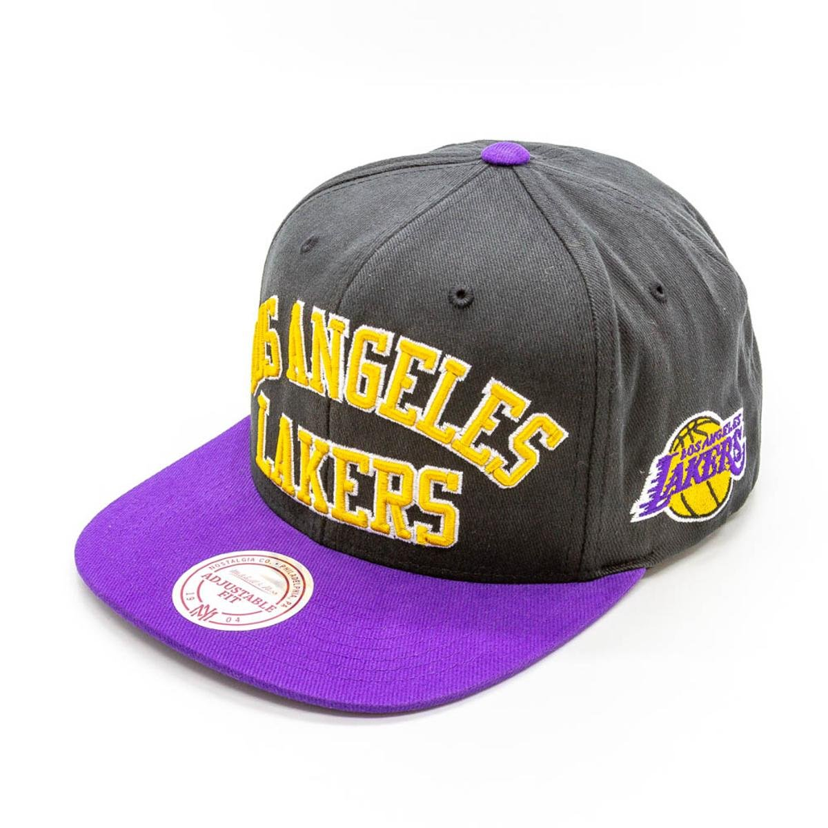 Boné Mitchell   Ness Wordmark NBA La Lakers Aba Reta - Preto ... 3329b873717