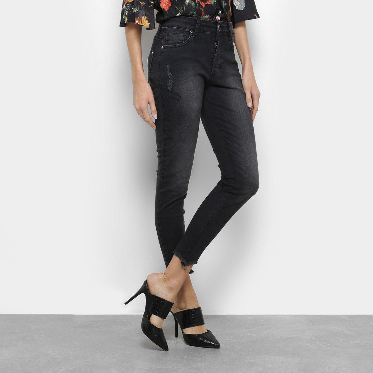 1d9a1d99d4920f Calça Jeans Skinny Cropped Forum Bordada Feminina - Azul Claro e Preto - Compre  Agora