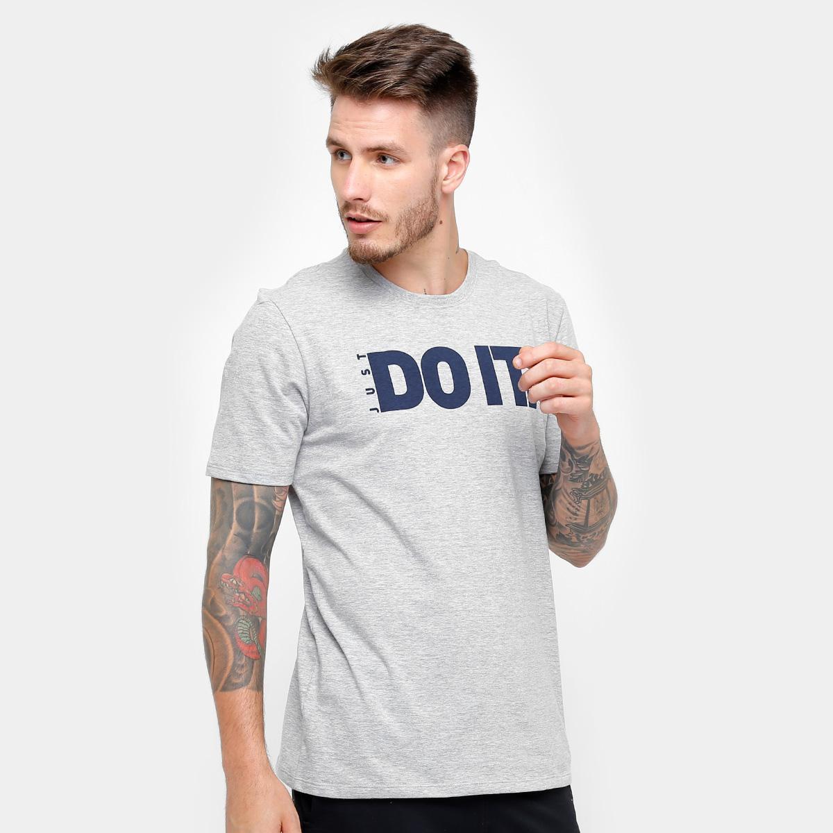 e5c6f4469e72c Camiseta Nike M Nsw Tee Ho Verbiage 2 - Compre Agora