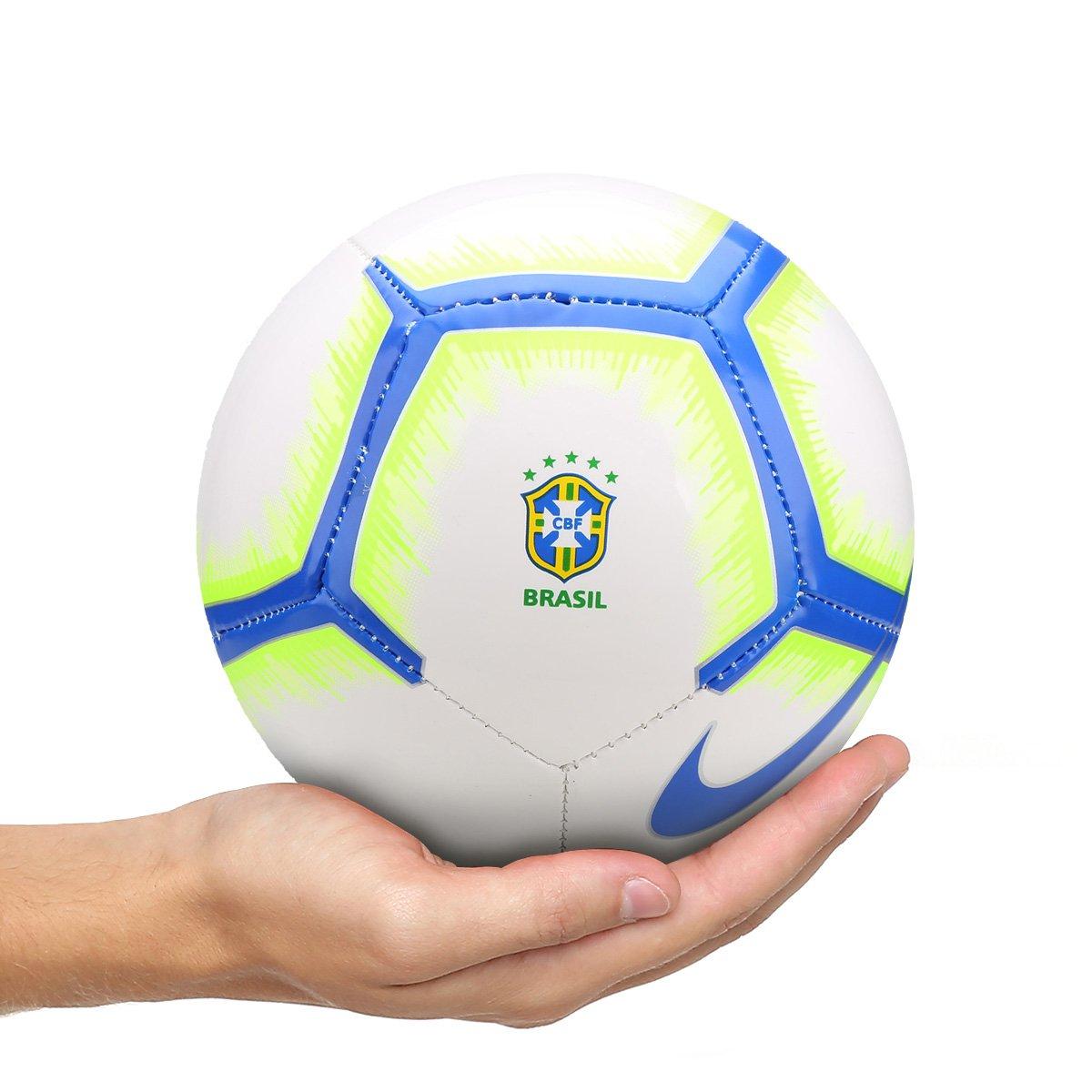 63477b3bde83c Mini bola futebol brasil nike branco e azul compre agora jpg 544x544 Bola  futebol do brasil