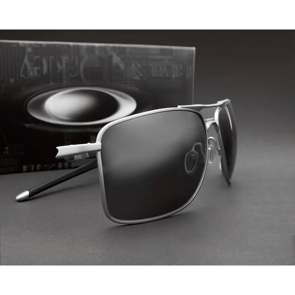05bf6f7fffb03 Óculos de Sol Oakley Gauge 8 004124 07-62 Polarizado - Prata e Preto ...